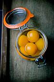 Konservierte Aprikosen im Einmachglas