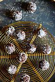 Glutenfreie Dattel-Schokoladen-Kugeln mit Kokosraspeln