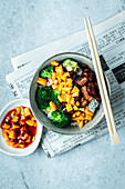 Fast Asia bowl with crispy salmon, mango and chili sauce
