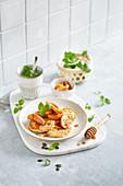 Haferflocken-Pancakes mit Apfelspalten und Ahornsirup