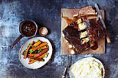 Beef Short Ribs mit glasierten Möhren, Gravy und Kartoffelpüree