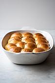 Sauerteig-Brötchen in Auflaufform gebacken