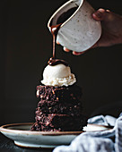 Ein Stapel Schokoladenbrownies mit Vanilleeis und Schokoladensauce