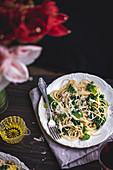 Spaghetti mit Grünkohl, Erbsen, Pancetta und Parmesan