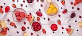 Verschiedene Sorbets und frische Früchte