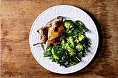 Gegrillte Schmetterlingswachtel mit Broccoli auf Teller