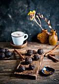 Dattel-Kakao-Pralinen zum Kaffee