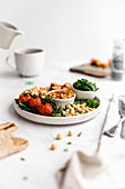 Englisches Frühstück mit Baked Beans, Rührei, Wurst und Gemüse