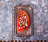 Gegrillte Wassermelone mit Feta, Chili und Minze auf Vintage-Tablett