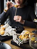 Frau isst frittierte Klösschen