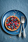 Berry tart with oatmeal and a peanut base