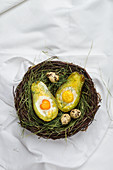 Avocado mit Baked Eggs im Osternest