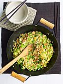 Würziger gebratener Eierreis mit Gemüse im Wok (China)