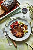 Brisket mit Bourbon-Honig-Glasur dazu Kartoffelpüree mit Schnittlauch