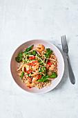 Pfannengebratene Chiligarnelen mit Ingwer, Sesam und Broccoli auf Reis (Asien)