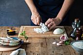 Zwiebel für eine Paella klein hacken