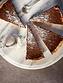 Schokoladentarte mit Kokosraspeln, in Stücke geschnitten