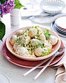 Kartoffelsalat aus Babykartoffeln mit Burrata-Dressing und Kräutern
