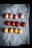 Mit Naturfarben gefärbte Eier