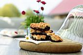 Brookies (Brownies mit Cookie-Kruste, USA) auf Tisch im Freien