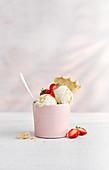 Vanilleeis mit Erdbeersauce und Shortbread