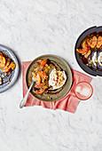 Salat mit Stracciatella-Käse, Blutorangen, Sojasauce und Panko