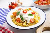 Pasta mit Mozzarellasauce und Kirschtomaten
