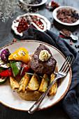 Roast beef steak mit Ratatouille and potato wegdes