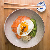 Lachs Donburi mit Avocado, Ei und Zwiebel (Japan)