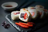 Inside-Out-Rolls mit Erdbeere, Thunfisch, Frischkäse und braunem Zucker (Japan)