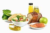 Gemüsesalat, rohes Lachssteak, Huhn, frischer Saft mit Maßband, Brot und Apfel