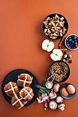 Zutaten für Hot Cross Bun Crumble und pikantem Frühstückspudding