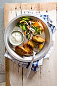 Zucchini-Karotten-Süsskartoffel-Puffer mit Gemüsesalat und Sauerrahm