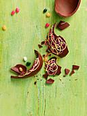 Zerbrochenes Schokoladenosterei und Jelly Beans