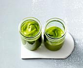 Grüner Smoothie mit Ananas, Avocado und Blattspinat