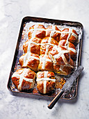 Hot Cross Buns auf Backblech