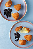 Mini Camembert cheeses with blueberry sauce