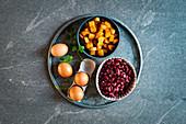 Zutaten für eine Frittata (Eier, Bohnen, Kartoffeln)