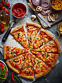 Pizza mit Pilzen und Paprika