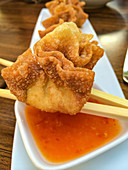 Crispy wontons with a sweet chilli sauce (Asia)