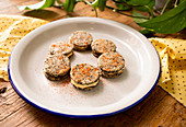 Cookie Sandwich mit schwarzen Oliven und Mascarpone-Füllung