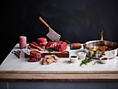 Verschiedene Fleischsorten, roh und gebraten