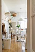 Blick auf den Essplatz in der Küche im modernen Landhausstil
