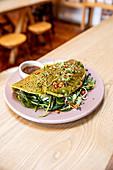 Grünes Omelett mit Spinat, Kräutern und Chilis