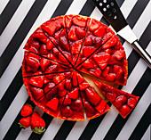 Käsekuchen mit Erdbeeren, in Stücke geschnitten