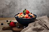 Breakfast Bowl mit Beeren und Cornflakes