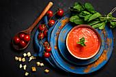 Tomatensuppe mit Brotwürfeln, Minze und Olivenöl
