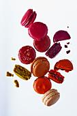Verschiedenfarbige Macarons, teilweise angebrochen