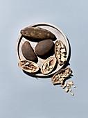 Baobab-Früchte, ganz und geöffnet