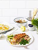 Harissa-Lachs mit glutenfreiem Getreidesalat und Spinat